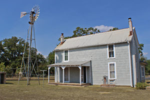 705 East Highway st home with 1 acre with R2 zoning great for Bed and Breakfast
